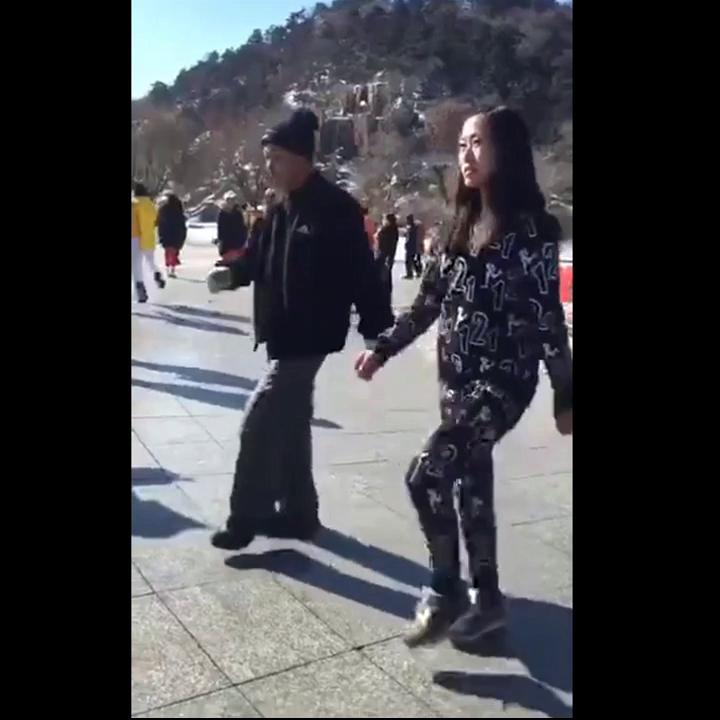 近日,一段大爷跳鬼步广场舞的视频热传。只见大爷滑步飞舞,节奏分明,分分钟秒杀不锻炼的年轻人。😁