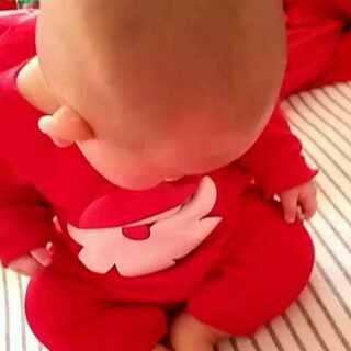 #宝宝成长记录#baby八个月了!自己会坐了,上边冒出四颗小牙下边两颗!就是不爱吃辅食,到现在就吃母乳跟米粉,麻麻们请支招!小女在此谢过了🙏