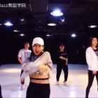 最近风靡的电音舞—SAMSARA。这首歌曲动感十足,让人仿佛置身在夜店中,一切仿佛混合着酒精和汗水的味道,扑面而来。YARU老师和学生重新演绎!想关注更多舞蹈资讯的可加微信 yezizidance😊#最火电音舞samsara##北京叶子子品牌爵士舞##我要上热门##美拍小助手#