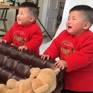 #最萌双胞胎#拍周岁照相当不容易😂