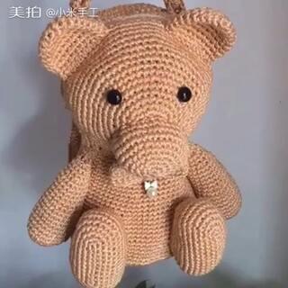 钩针编织包包##毛线编织#作品完工了迫不及待来和亲们分享,小熊三用