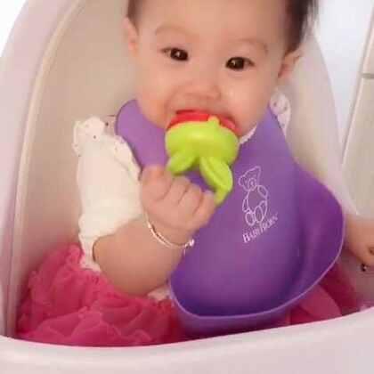 妈妈说:懂得分享的宝宝才是好宝宝。知道吗丸子🍡…(草莓🍓咬咬乐里面装的是橙子🍊)😘😘