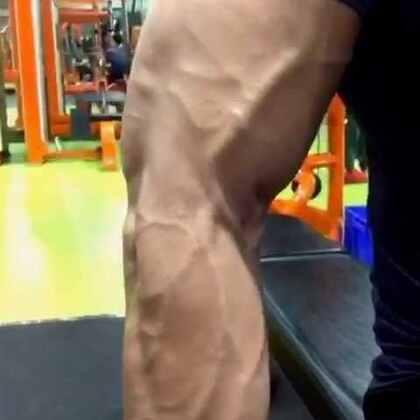 """很多健身的人血管突出是因为长期力量训练,血管输送血液到目标肌肉群的功能变强、血管壁变厚更有弹性,再加上皮下脂肪较薄,血管比一般人更明显,你永远不会看到胖的人血管突出。很多人以为是""""静脉曲张"""",静脉曲张是血管壁薄弱、血流不畅引起!健身的人血管充盈刚好相反,这是好的表现!"""