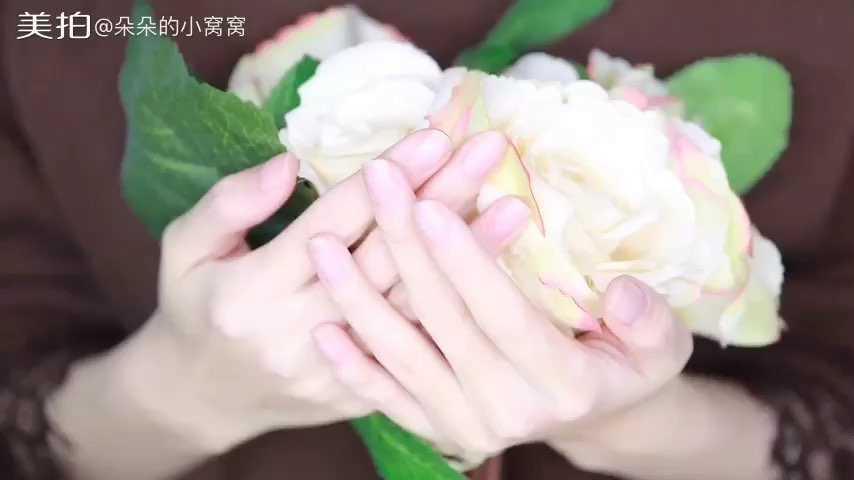是否觉得手部干燥,死皮多,有倒刺!没关系,只要学会了朵朵教的手部护理方法,在家也能够diy了,马上拥有嫩嫩的芊芊玉手。@朵朵的小窝窝 #美妆时尚#
