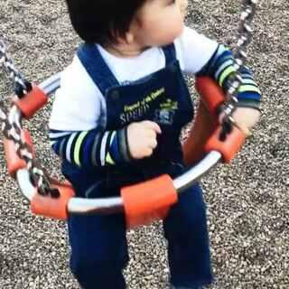 春天来啦!和奶奶一起带小马哥去逛公园。今天最累的一定是奶奶!😊#宝宝成长记录#