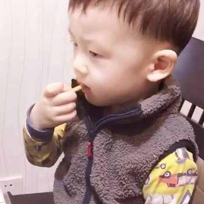 专心吃饼干的帅先森#帅帅成长记##宝宝##宝宝吃饭#