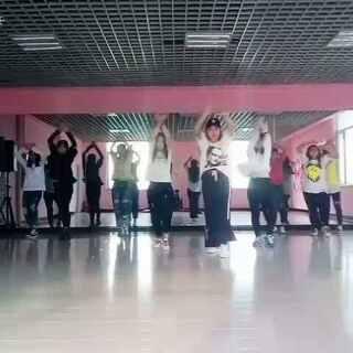 #舞蹈##player# 队员练习 #敏雅音乐# 今天刚教就录了😏 这套衣服穿的我怪怪的😁 不习惯 嘿嘿 腿是不是都没有了😂