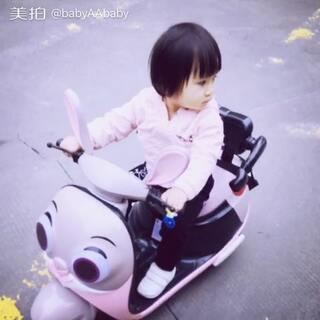 宝宝也会开车啦😂#宝宝##萌宝宝##可爱宝宝#