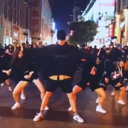 歌曲:Manolo 自己编排的#舞蹈#自己觉得还是有一点瑕疵. 但是我觉得还是很帅的 哈哈哈😂😂大晚上在大武汉的江汉路步行街跳这个 围观者是一圈又一圈! 也感谢大家通宵排练🙏🙏#我要上热门##元熙舞蹈#@元熙社长 #男神#
