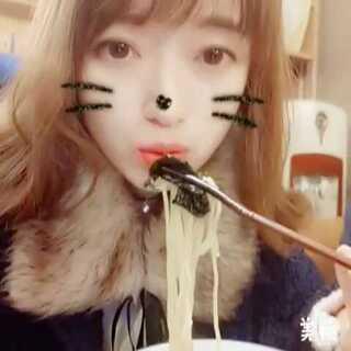 最爱这家的豚骨汤拉面,就是量太少。感觉还没开始吃就结束了😂#吃秀##日式拉面#这个视频看着是不是感觉距离特别近,用你的筷子可以抢我的面吃了😂