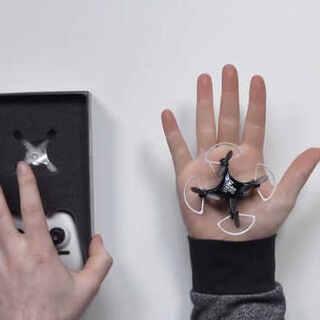 #靓靓聊科技# 世界上最小的无人机,比你的手掌还小,你会拿来干什么? #无人机##前沿科技#