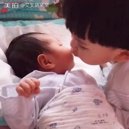 #宝宝##小暖男##最有爱的哥哥#妹妹出生第十天。艾文是我见过最有爱的哥哥,是个十足的小暖男。小花妹妹的到来,让儿子从一个只会在妈妈身边撒娇的小奶娃,变成一个懂得分享,懂得关爱,懂得保护的哥哥。你的独立和懂事是妈妈没有想到的。我爱你,你是最好最暖的哥哥。👍😙🎉🎉🎉