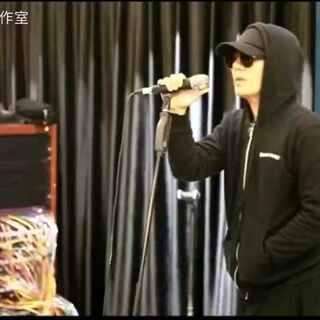 """七年未见,郑钧带着""""私奔""""巡回演唱会温情回归摇滚舞台。首次排练花絮中曝光,郑钧演唱了《私奔》、《回到拉萨》等经典歌曲。为了青春,为了摇滚,为了难以忘怀的岁月。6月24日首都体育馆#郑钧2017私奔全国巡回演唱会#北京站,我们不见不散~"""