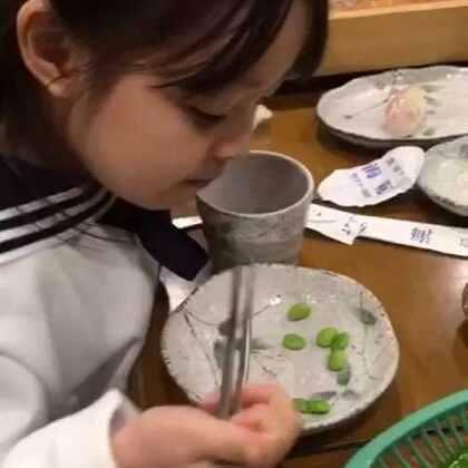 #梨涡妹妹金在恩##宝宝# 在恩用筷子夹豆豆吃,一点儿也不费劲😁