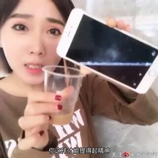 手机倒出牛奶➕咖啡!@美拍小助手#我要上热门##热门##美拍小助手##搞笑#(宝宝们,求赞😭😭😭)