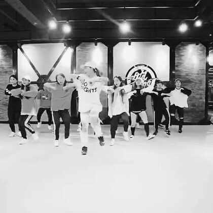前段时间的基础套路视频……和学生一起完成的……错的请自动站出来😂多多练习基础……多多提高自己的身体素质……才能跳好自己想跳的东西……加油吧……月底工作室的课见啦@TeamInvaderChina @O-DOG舞蹈室 #舞蹈##urban dance##舞蹈基础#