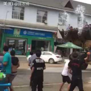 你们只知道#泰国泼水节แสดง#其实我们中国云南德宏的才最热闹。#泼水节#我给大家分享一下泼水节的各种尴尬时刻。厉害👍了我的哥,直接开铲车上马路了,你牛逼