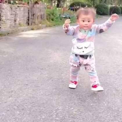 这走路姿势真是相当的丑😔😔😔😔#宝宝学走路##宝宝走路记##萌宝宝#