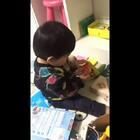 #宝宝成长记#妈妈选择搬砖就不能抱你😭这是阿米莉一个人看书的时候久森拍的😟心好痛💦妈妈出差工作呢💪忙完立刻回来陪你💖