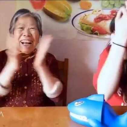 #拯救企鹅敲冰块#拉我姥姥姥爷来玩游戏,简直了😂全程笑点,姥姥姥爷真的太可爱❤后面还有彩蛋,鲨鱼牙齿,半夜做后期笑的我不能呼吸😂😂#我要上热门##搞笑#@美拍小助手 微信358426908 来这里找我👉http://weibo.com/nana7654321
