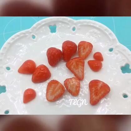 #手工#不知道发些啥也挺忙,就做点草莓吧万一有天能用上,吸管大法@男神姐姐神经饼✌️ 最早用田宫上色都是学@白色汐阳与猫. 还有种直接用padico草莓模具的方法https://weidian.com/s/892509438?wfr=c&ifr=shopdetail, http://c.b1wt.com/h.fvClID?cv=t4YvZtVObbW&sm=ced229 材料:树脂土