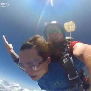 上面在笑,下面在尿,害怕的要死,也要努力围笑。#我要上热门##高空跳伞#@美拍小助手