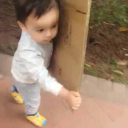 #宝宝##混血儿#😂个子还没有纸块高,好萌啊@混血小王子阿诺Arno