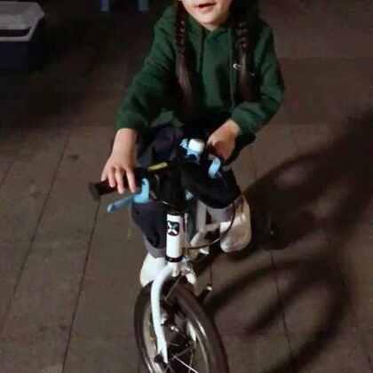 #随手美拍#爱骑自行车爱转圈圈的雪宝宝。#放开我北鼻雪儿#