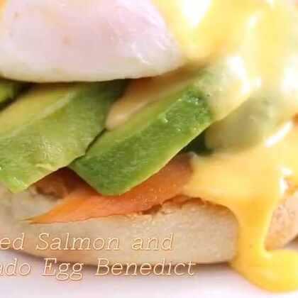 早午餐中的超级明星班尼迪克蛋!做法有很多种,今天教大家做【烟熏三文鱼牛油果班尼迪克蛋】,有精髓水波蛋的制作与荷兰酱的调制,还有烟熏三文鱼和牛油果的健康搭配。轻松实现在家吃 Brunch 的愿望!#自制美食##班尼迪克蛋##牛油果#