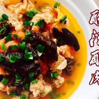 :酸汤酥肉!#木子小厨房#之前在网上看到这个的做法,便好奇它的味道,一直好想尝试一下,今天第一次做,个人是挺喜欢!!最后连汤我都能喝掉!!😂😂话说炸好的酥肉,一定是会偷吃的!对吧!!😎😎#美食##家常菜#