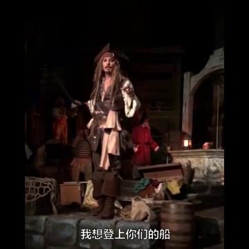 """加州迪士尼乐园的游客们在玩着海盗项目时,突然发现这位""""杰克船长""""竟然是约翰尼德普本尊!粉丝们瞬间就激动起来!"""