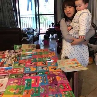 依家510姐姐送的微型图书馆,诺宝起床后看见了好惊喜,然后又有点害羞😊😊😊#诺宝2017.04.28##宝宝#@美拍小助手 @宝宝频道官方账号