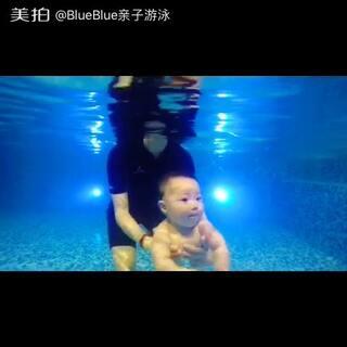 #blue宝宝游泳#呆萌宝宝水性棒棒哒~四节课时潜水秒数有两秒以上呢🎉🎉🎉还要继续加油哦😋😋😋
