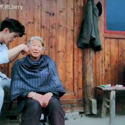 各位,又好久不见,是不是会偶尔想起我?…😐今天把第一次帮人剪头发献给了奶奶,为了拍视频,剪刀又不快,所以剪了很久,我真的已经尽力了…🌝