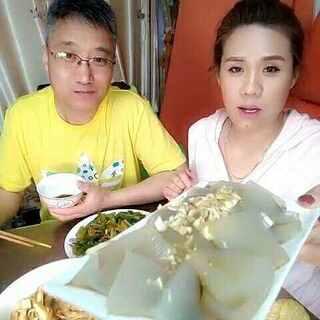 #吃秀##美拍小助手##热门#素炒芹菜尖椒😍😍还有东哥熬制的肉皮冻👍👍……吃晚饭喽✌✌✌👄👄🌹🌹🌹