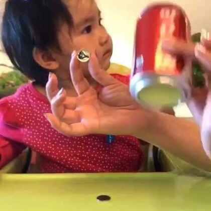 小魔术~硬币穿越易拉罐。亮眼镜👀#宝宝##魔术#