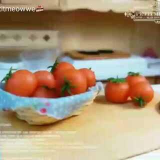 新作品,做了一个可爱的小篮子感觉自己都萌萌哒,这是给个娃娘做的,比较大,但是做出来效果还可以。萌萌的番茄我用树脂土做的 #手工##直播玩玩具##粘土食物#@大火墙😂 @橘子蚊蚊 @菜菜~lucky🍝 @豆包子Orz @Doris°C❤漫漫跑 @嘎嘣宝! @大A「DA-A」 @曲奇★ @youyouzi. @zyy雪血 @ଘ尤尤灵ଓ