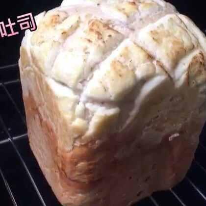 """用我的新宠""""小蓝蓝""""做的吐司~美中不足就是蜜红豆太软了放太早给搅碎了😂😂😂,另外要做切的吐司就别作死盖层酥皮了,切的时候都碎掉了😂你们喜欢吃什么面包啊,我喜欢甜的面包和很多馅的软欧包~🌝👍🏻#美食##热门#"""