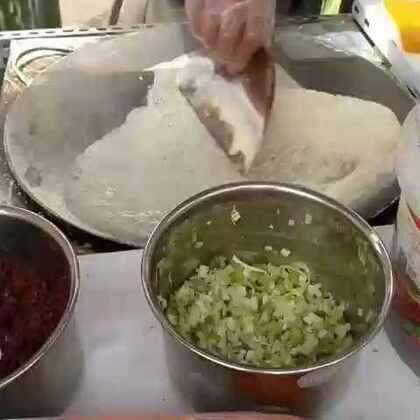 最喜欢吃的杂粮煎饼!很好吃!大叔人很好,给我多放了好多麻叶!!!!嘎嘎!!!!#吃秀#