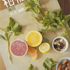 适合夏日的清新凉拌菜。柑橘类水果、薄荷、蜜饯、坚果、蜂蜜……当这些食材相遇,会变成一盘色彩缤纷的薄荷橙柑凉拌。这道菜的灵感来源于欧阳应霁大叔的一次中东旅行,动手试试,小清新也能给你大惊喜,为你营造夏天的幸福感~#唯品生活##不时不食##美食#