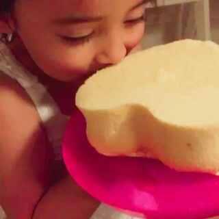 半夜了,烤了个戚风蛋糕,被她一个人都吃了~😳😳😳#混血宝宝##混血萝莉##宝宝成长日记#