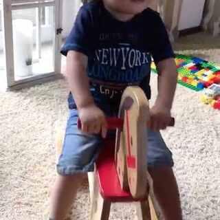#宝宝##搞笑##荷兰混血小小志&柒#奶奶送志的一岁生日礼物,在此之前他都怕的不行,不敢玩,现在这样子完全是要把木马拆了的赶脚!🙈🙈🙈