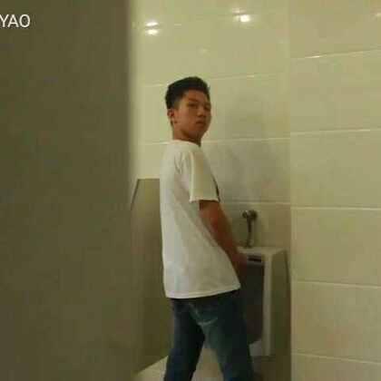 当你上厕所遇见好朋友的时候。#搞笑##逗比#