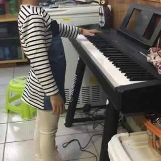 #小小钢琴家##宝宝弹钢琴##钢琴#奶奶家继续练琴中,1分10秒左右柯基出来捣乱!影响到她了!