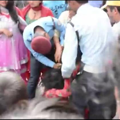 【妇女当街受辱,男人却袖手旁观】 走进尼泊尔,探长发现一当地男子为偿还赌债,当街殴打妻子、并抢走她身上仅有的金耳环。女人坐在地上哭诉,而男人却没有得到应有的惩罚。#冒险雷探长##旅游##探险#
