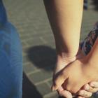 """家庭在创造一个安全和充满爱的成长环境中扮演关键的角色,是同性恋、双性恋和跨性别者的避风港。然而,在一些家庭中,这一群体仍被污蔑、排斥和边缘化。很多人面临遭遇身体、性和心理暴力的风险,包括一些为了""""家庭荣誉""""而实施的谋杀。"""