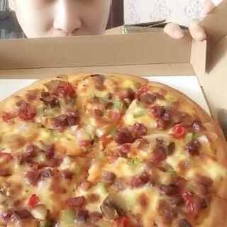 叉烧肉披萨➕嫩牛披萨➕藤椒肉串#吃秀##我要上热门##大胃王桐桐#@美拍小助手