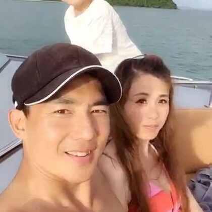 早安🤗 陽光☀️空氣☁️海🐬⋯⋯我們一家遊艇出遊囉⛵️ 船主的熱情招待,讓我們感覺....船是我們的! 心中想什麼?環境就變成什麼? 看我們的笑容多開心啊⋯⋯出發囉! 我們的四海维拉梦幻假期🇹🇭 泰國普吉島