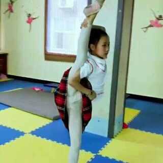 #宝宝#,#舞蹈#,基本功,由于感冒有一段时间没有练习排独舞,今天练习体力不足还是有点 吃力!#张佳琦#5节