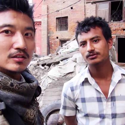 在尼泊尔著名的陶瓷广场,探长结识了一位会说中文的陶瓷大师,在他的盛情邀请下,探长决定坐上摩托、去他的家里见识一下当地人的生活场景。一路上,浮光掠影,闪现过尼泊尔的种种风情……#冒险雷探长##旅游##探险#